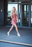 Eleganckiej młodej kobiety chodzący outside Zdjęcia Royalty Free