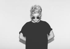 Eleganckiej mody seksownej blondynki zła dziewczyna w czarnej koszulce rockowych okularach przeciwsłonecznych i Niebezpieczna ska Zdjęcia Stock