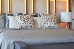 eleganckiej sypialni wewnętrzny projekt z brown poduszkami na łóżku Zdjęcie Stock