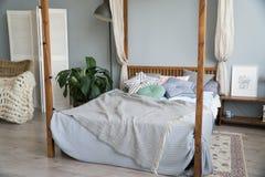Eleganckiej sypialni wewnętrzny projekt z czarnymi wzorzystymi poduszkami na łóżkowej i dekoracyjnej stołowej lampie Zdjęcie Royalty Free