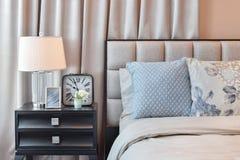 Eleganckiej sypialni wewnętrzny projekt z kwiecistymi deseniowymi poduszkami i lampą Zdjęcia Stock