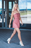 Eleganckiej uroczej młodej kobiety chodzący outside Obraz Royalty Free