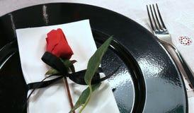 Elegancko przygotowany stół z czerwieni różą na czarnym talerzu obraz stock