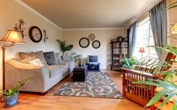 Elegand beige vardagsrum med blått och den gammala små TV:N. Arkivbilder