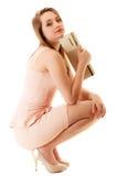 elegans Den fulla längden av flickan i rosa färger klär och med handväskan Royaltyfria Bilder