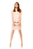 elegans Den fulla längden av flickan i rosa färger klär och med handväskan Arkivbild