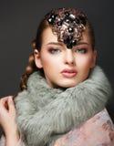Elegans. Flott europékvinna med diamantdiademen. Smycken Royaltyfri Fotografi