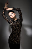 Elegans. Lockande flott kvinna i svart klänning i drömmeri. Felicity Arkivbild