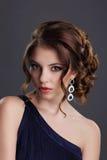 elegans Stilfull dam med den dyrbara ädelstenen - platinaörhängen med juvlar Royaltyfria Foton