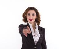Elegansaffärskvinna som pekar till kameran arkivfoto