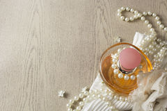 Elegansdoftflaska med vita pärlor arkivbilder