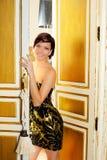 Elegansmodekvinna i hotellrumdörr Arkivfoto