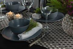 Eleganstabellinställning med tomma vinexponeringsglas och den tända stearinljuset Royaltyfria Foton