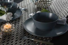 Eleganstabellinställning med tomma vinexponeringsglas och den tända stearinljuset Fotografering för Bildbyråer