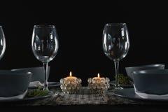 Eleganstabellinställning med tomma vinexponeringsglas och den tända stearinljuset Arkivfoto