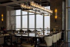 Elegant äta middag inställning med höga stolar och bra sikt på det Wanda hotellet arkivfoton