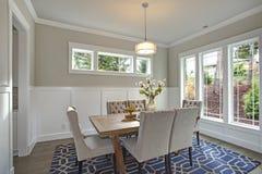 Elegant övergångs- matsal med bräde- och plankaväggar Royaltyfri Bild