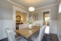 Elegant övergångs- matsal med bräde- och plankaväggar Fotografering för Bildbyråer