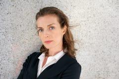 Elegant affärskvinna med allvarligt uttryck på framsida arkivfoto