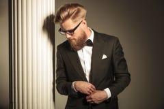 Elegant affärsman som bär en smoking arkivfoton