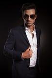 Elegant affärsman som poserar på svart studiobakgrund arkivbild