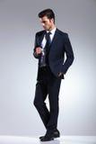 Elegant affärsman som rymmer en hand i hans fack Arkivbild