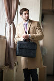 Elegant affärsman som ser hans klocka Arkivbild