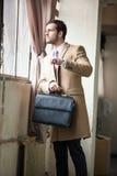 Elegant affärsman som ser hans klocka Fotografering för Bildbyråer