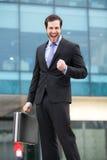 Elegant affärsman som ser hans klocka arkivfoton