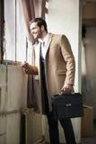 Elegant affärsman som ser hans klocka Royaltyfri Foto