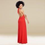 Elegant afrikansk amerikankvinna i en röd kappa Royaltyfri Bild