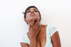 Elegant afrikansk amerikankvinna som poserar mot vit bakgrund royaltyfri bild