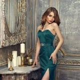 elegant aftonlady för klänning arkivbilder