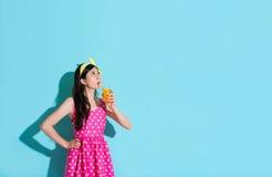 Elegant attraktiv flicka som dricker orange fruktsaft royaltyfria foton