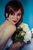 Elegant attraktiv kvinna med buketten av vita rosor arkivfoton