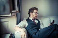 Elegant attraktiv modehipsterman på telefonen arkivfoto