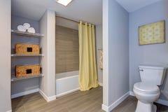 Elegant badrum med byggt i hyllor royaltyfria bilder