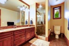Elegant badrum med den varma kulöra inre Royaltyfria Bilder