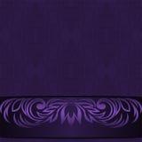 Elegant bakgrund för damast violet med den dekorativa gränsen - inbjudandesign Royaltyfri Foto