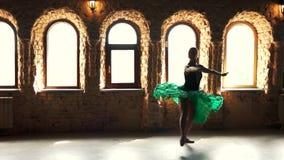 Elegant ballerina som övar i dansstudio stock video