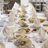 Elegant banketttabell som är förberedd för konferens eller partiet för gäster royaltyfri fotografi