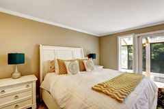 Elegant bedroom in American style with white Double bed Royalty Free Stock Photography