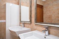 Handfat Toalett : Två handfat i beige toalett arkivfoto bild