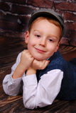 Elegant bekleden weinig jongen in een GLB en wol Stock Foto