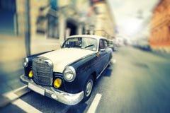 Elegant bil för gammal tappning Parkerad lyxig bil Royaltyfri Fotografi