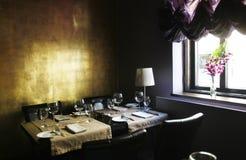 Elegant binnenland van een modieus restaurant royalty-vrije stock afbeelding