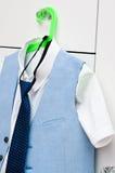 Elegant blauw kostuum en overhemd voor een jongen Stock Fotografie