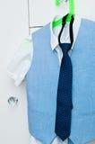 Elegant blauw kostuum en overhemd voor een jongen Royalty-vrije Stock Afbeelding