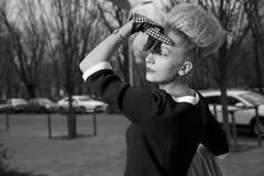 Elegant blond kvinna i retro stil i höstgatan Royaltyfri Bild