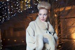 Elegant blond kvinna i retro stil på en nedgångafton utomhus Arkivbilder